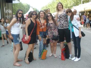 Rodeada de Ángela y sus amigas