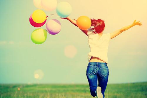 Mujer-feliz-con-globos-de-colores